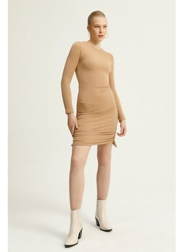Quzu Yanları Büzgülü Midi Boy Elbise  Bej